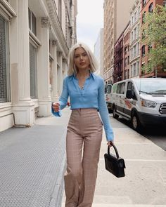 High waisted checked pants with simple blue shirt. Casual Work Outfits, Professional Outfits, Work Attire, Classy Outfits, Chic Outfits, Fashion Outfits, Laura Jade Stone, Mode Ootd, Lolita