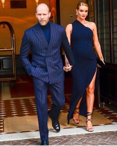 Jason Statham with his wife Rosie . Motivation Sportive, Made To Measure Suits, Gentlemen Wear, Stylish Couple, Suit Up, Mode Chic, Three Piece Suit, Dapper Men, Stunning Dresses