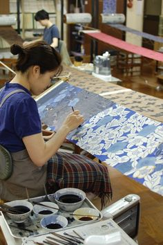 One hot Tuesday morning Beth, Natalie and I cycled to the edge of Kyoto to do a stencil dying workshop in a factory and school that. Japanese Textiles, Japanese Patterns, Japanese Fabric, Japanese Art, Textile Prints, Textile Design, Fabric Design, Lino Prints, Block Prints