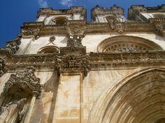 Portugal 06 Monasterio de Alcobaça Situada al norte de Lisboa, la abadía de Santa María de Alcobaça fue fundada en el siglo XII por el rey Alfonso I. Sus dimensiones, la pureza de su estilo arquitectónico, la belleza de los materiales empleados en su construcción y el esmero con que ésta se llevó a cabo han hecho de este monasterio una obra maestra del arte gótico cisterciense.