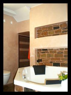 Progettazione e realizzazione bagno. Vasca da bagno in muratura e doccia a le...