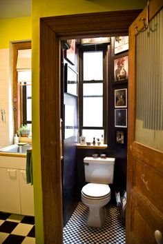 Don't be afraid of drama. Going bold in a small room (a bathroom, for example) gives the eye something else to focus on. Think rich paint colors, or floor to ceiling artwork. Small Space Living, Small Spaces, Tiny Living, Decoracion Vintage Chic, Shabby Chic Office, Black Ceiling, Modern Home Furniture, Loft, Bathroom Design Small