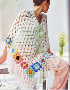 How to make this crochet poncho with colored granny squares and fringes: See how to do this pretty white poncho with colorful granny squares and fringes on the tips. This poncho is knitted in a circular crochet. Poncho Au Crochet, Knitted Cape, Crochet Jacket, Crochet Granny, Crochet Scarves, Crochet Clothes, Knit Crochet, Crochet Woman, Crochet Hippie