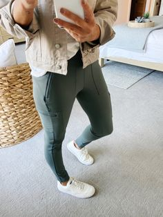 The best joggers for travel // what to wear when traveling // How to style Athleta Hybrid Tight // CAsual Fall outfit // Easy to wear outfit for tavel // fall outfit