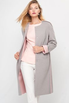 Grey coat with pink inner. Pink top and white pants Hijab Fashion, Fashion Dresses, Look Rose, Modele Hijab, Coats For Women, Clothes For Women, Sewing Coat, Warm Outfits, Jacket Dress