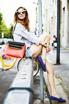 Chiara Ferragni looks ready for spring with a colorful bag and denim cut offs