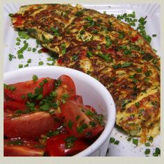 Omelett mit Tomatensalat - 324 kcal #recipeontheblock #realfood #yummy #food #foodista #foodie #foodsnob #essen #follow #kidsfood #loveeating #eating #letseat #recipieoftheday #lowcarb Kraut, Zucchini, Yummy Food, Vegetables, Omelette, Apple, Food Food, Delicious Food, Vegetable Recipes