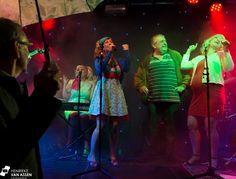 Zotte Zusjes tijdens regenachtig stratenfestival in Zwolle - Henrieke van Assen Fotografie   #Zottezusjes