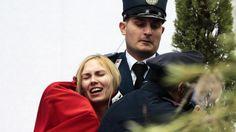Paljasrintainen nainen nappasi Jeesus-lasta esittävän hahmon Pietarinkirkon aukiolla joulupäivänä. Kuva: RICCARDO ANTIMIANI.