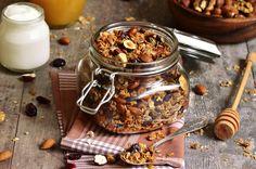 Granola is een gezonde mix van noten, zaden, pitten. Even roosteren in de oven en je gezonde ontbijt is klaar.