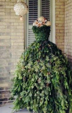 Wall Christmas Tree, Christmas Decorations, Holiday Decor, Flower Designs, Gardening Tips, Outdoor Structures, Flowers, Yard, Dress