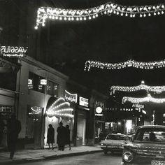 Η οδός Βουκουρεστίου τη νύχτα, δεκαετία '60. Benaki Museum, Commercial Street, Slim Aarons, Rooftop Pool, Photograph Album, Acropolis, Athens Greece, Magnum Photos, Old City