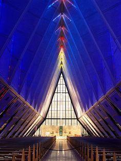 Interior da Capela da Academia da Força Aérea dos USA em Colorado Springs, no Colorado, USA.  Fotografia: Qulic no Flickr.