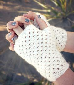 Domestic Bliss Squared: delicate crochet fingerless gloves (a free pattern) delicate crochet hand warmers (a free pattern) Crochet Fingerless Gloves Free Pattern, Crochet Boot Cuffs, Crochet Boots, Crochet Mittens, Fingerless Mittens, Crochet Scarves, Crochet Clothes, Crochet Cozy, Crochet Gratis