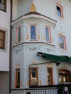 Vollständige Rekonstruktion der Lüftlmalerei nach generalsanierter neu verputzter Fassade am bekannten Stamperlhaus in A-6370 Kitzbühel.