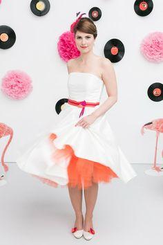 noni- rocknroll Brautkleid mit Farbe. Gürtel in orange pink, Tüllrock in orange, modische Brautschuhe von Elsa Coloured Shoes mit farbigen Schuhclips (Foto: Le Hai Linh, Violeta Pelivan, Hanna Witte) (http://www.noni-mode.de)