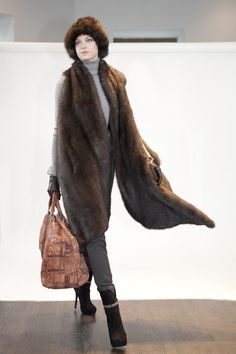 Helen Yarmak (Knitted sable wrap with crocodile duffle bad) – Fall 2013-Winter 2014