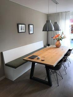 Houten eetbank / wandbank voor aan de eettafel. Perfecte oplossing voor een smalle eetkamer maar ook om veel zitplaatsen te creëeren. Geeft de eethoek een knus karakter! Banken en tafels op maat gemaakt door Oud is nieuw.
