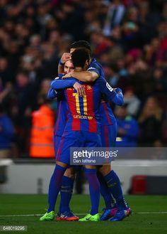 Fotografía de noticias : Lionel Messi of Barcelona celebrates with Neymar...