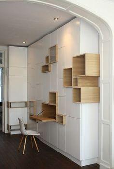Rangements asymétriques pour bureau - casiers ouverts en bois qui s'intercalent avec les placards blancs, très design... Filip Janssens