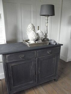 quenalbertini: Chalk paint on old oak table Refurbished Furniture, Furniture Makeover, Diy Furniture, Furniture Design, Annie Sloan Graphite, Annie Sloan Paints, Painted Wardrobe, Chalk Paint Furniture, Grey Painted Furniture