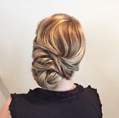 This elegant chignon wedding hairstyle perfect for any wedding venue- This stunning wedding hairstyle for long hair is perfect for wedding day,wedding hair Bridal Hair Side Swept, Side Braid Wedding, Wavy Wedding Hair, Chignon Wedding, Hairdo Wedding, Elegant Wedding Hair, Vintage Wedding Hair, Wedding Hair And Makeup, Side Swept Updo