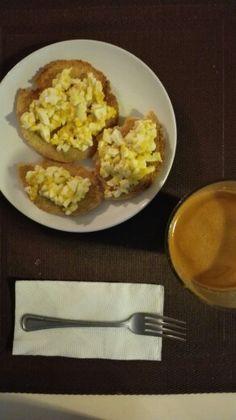 Casabe y huevo + jugo de zanahoria, pepino limón