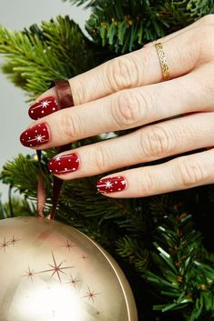 These easy Christmas nail art ideas will make your manicure stand out this season. Copy the cute Christmas nails below to impress your party guests! Diy Christmas Nail Art, Red Christmas Nails, Holiday Nail Art, Christmas Star, Christmas Ideas, Cute Nail Art, Nail Art Diy, Easy Nail Art, Cute Nails