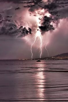 ☆☽ Ꭿմɽσɽą ᙖσɽҽąℓᎥʂ & Ƭɦҽ ♑Ꭵɠɦ৳ Ꮥƙƴ ☾☆ ~ Lightning strike in big pink sky Image Nature, All Nature, Science And Nature, Amazing Nature, Nature Pictures, Cool Pictures, Beautiful Pictures, Lightning Photography, Nature Photography