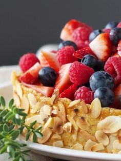 Vanilletarte mit Beeren: Sommerliche Mandeltarte mit vielen frischen Früchten und Vanillemousse. Schmeckt außerhalb der Beerensaison auch mit anderem Obst.