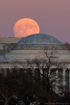 Supermoon rise Jefferson Memorial