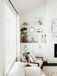Step Inside This Kid-Friendly Canadian Home With the Perfect Mid-Century Modern Meets Boho Style Mid Century Modern Living Room, Living Room Modern, Home And Living, Living Room Designs, Modern Boho Master Bedroom, Contemporary Bedroom, Family Room Decorating, Family Room Design, Style At Home