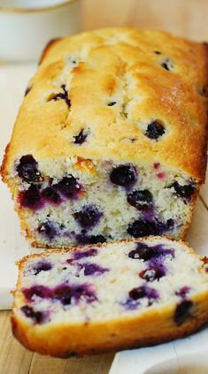 Lemon blueberry bread made with freshly squeezed lemon juice, lemon zest and baked to perfection! This easy Lemon blueberry bread makes a great sweet breakfast! It's an easy bread recipe - takes about 15 minutes Bon Dessert, Dessert Bread, Delicious Desserts, Dessert Recipes, Yummy Food, Tea Recipes, Muffin Bread, Easy Bread Recipes, Sweet Breakfast