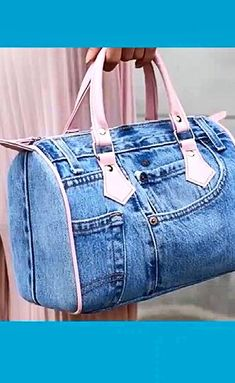 Unused jeans or other pants, you can use it to make beautiful bags Denim Bag Patterns, Bag Patterns To Sew, Diy Bags Purses, Diy Bags Jeans, Denim Bags From Jeans, Diy Sac, Denim Crafts, Diy Handbag, Recycled Denim