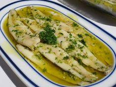 Una manera de comer pescado, que en mi casa les encanta: Boquerones en vinagre o también llamados bocartes o anchoas . Con Thermomix . ...
