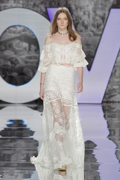 YOLANCRIS - Inspired by the late folk universe and a certain gipsy essence, new boho chic designs get a sense of nostalgia from the legendary Woodstock festival. 2018 Wedding Dresses Trends, Best Wedding Dresses, Bridal Dresses, Wedding Gowns, Anna Campbell, Tattoo Lace, Bridal Fashion Week 2017, Estilo Boho Chic, Boho Chic Wedding Dress