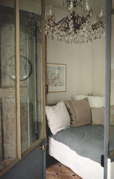 Dans la chambre des parents, portes de placards et lustre chinés en Italie