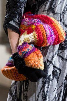 Crochet Bags Design Daniela Gregis at Milan Fashion Week Fall 2017 (Details) Crochet Bag - Daniela Gregis at Milan Fashion Week Fall 2017 - Details Runway Photos Unique Crochet, Love Crochet, Beautiful Crochet, Knit Crochet, Crochet Hats, Textiles, Crochet Shell Stitch, Yarn Bag, Easy Crochet Projects