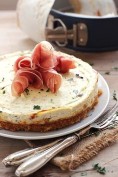 Cheesecake salata ricotta e prosciutto Pizza Appetizers, Appetizers For Party, Antipasto, Parma, Savory Cheesecake, Bread Dumplings, Jai Faim, Savoury Baking, Recipe Mix
