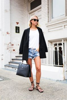 by Helena Martins Denim shorts are, without a doubt, a wardrobe staple; they're both comfortable and extremely versatile. Here are 3 looks to inspire you to dress up your denim shorts this Spring! 1.