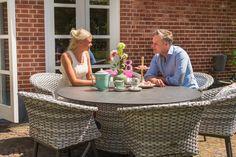 Dat modern en landelijk heel goed samengaan en een mooi natural beeld opleveren, bewijst deze set. Gezellig samen tafelen! #tuintafel #tuinstoel #Hartman #tuin