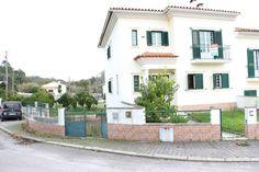 Moradia T3 Recente, de cave para garagem e arrumos, rés do chão com sala, cozinha e casa de banho de serviço e andar com 3 quartos e duas casas de banho. Tem logradouro com churrasqueira. Imóvel de Oportunidade - Aceitamos Propostas. Para Venda! Ref: 1916  #moradia #t3 #leiria #novilei #imobiliaria #imoveis #casa #portugal #venda #realestate #marrazes
