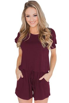 Essentials Damen Jumpsuits-Apparel Short-Sleeve Scoop-Neck Romper