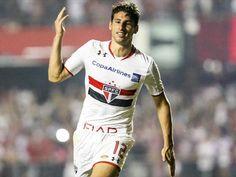 Jonathan Calleri foi o artilheiro da Libertadores de 2016 (Getty Images) Soccer, Mugs, Breakfast Nook, Hs Sports, Wall, Futbol, European Football, European Soccer, Football