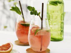 Grapefruit-Drink mit Limette - smarter - Kalorien: 110 Kcal - Zeit: 15 Min. | eatsmarter.de