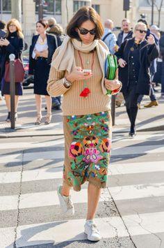 A stylist Viviana Volpicella compõe um visual praticamente clássico, a não ser a frente bordada de grandes flores coloridas da saia