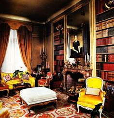 British Royal families prefer needlepoint rugs for their private homes even when they are living in Paris as in this elegant library in the Duke and Duchess of Windsor's Paris home. It was decorated by the famous decorating firm Maison Jansen who later de Windsor Homes, Paris Home, Ac Paris, Paris France, Wallis Simpson, Beautiful Library, Home Libraries, Interior Decorating, Interior Design