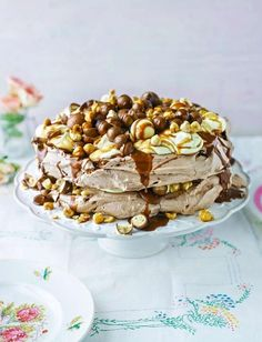 Very chocolatey salted caramel and hazelnut pavlova. An incredible showstopper to have for pudding at Easter. Light Desserts, Just Desserts, Delicious Desserts, Yummy Food, Pavlova Meringue, Pavlova Cake, Meringue Food, Sweet Recipes, Cake Recipes