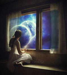 Ti ho scritto al chiaro di luna Sul tavolinetto ovale, Con una scrittura pallidissima, Parole tremolanti, a pena tinte d'arcobaleno E che disegnano baci. Perché per te voglio dei baci Muti come l'ombra e leggeri E che ci sia il chiaro di luna E il rumore dei rami che poggiano Su questa pagina staccata.  (Cècile Sauvage)