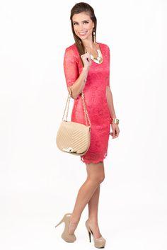 Este vestido coral KAMI combinado con una cartera y zapatos en color nude lo puedes llevar a la oficina y verte actual y a la moda.  Vestido Coral Q.385.00  CollarQ.95.00  AretesQ.65.00  PulseraQ.115.00  CarteraQ.285.00  Zapatos Q.335.00